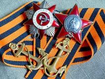 As vigas a âncora do marinheiro 'de um marinheiro ', orden 'Red Star 'e orden 'a grande guerra patriótica 'na fita de St George foto de stock