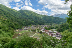 As vilas históricas de Shirakawa-vão e Gokayama na mola, marco do curso de Japão Foto de Stock