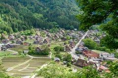As vilas históricas de Shirakawa-vão e Gokayama na mola, marco do curso de Japão Imagens de Stock