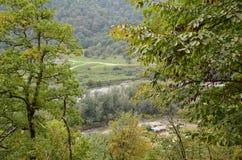 As vilas nos vales das montanhas são autônomas e escondidas dos olhos de elevação por meio de alavanca imagem de stock
