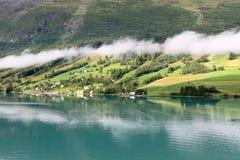 As vistas cénicos de Nordfjord, Olden (Noruega) Fotos de Stock Royalty Free
