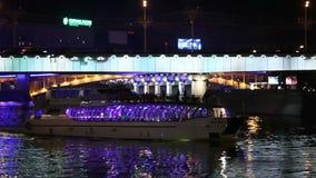 As vistas de Moscou na noite ferry velas sob a ponte video estoque