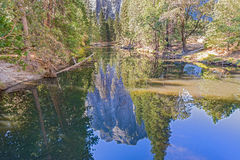 As vistas e as coisas encontraram em sua maneira até a parte superior da meia abóbada no parque nacional de Yosemite em Califórni Fotos de Stock
