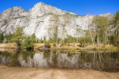 As vistas e as coisas encontraram em sua maneira até a parte superior da meia abóbada no parque nacional de Yosemite em Califórni Imagem de Stock
