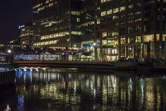 As zonas das docas iluminam o trem da estrada de ferro, Londres, Inglaterra, Reino Unido foto de stock royalty free