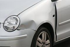 Asa amolgada da parte dianteira do carro Foto de Stock