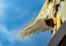 Asa da estátua dourada na coluna da vitória em Berlim em um dia nebuloso foto de stock