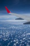 Asa de aviões acima do céu fotografia de stock royalty free