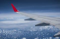 Asa de aviões acima do céu imagens de stock royalty free