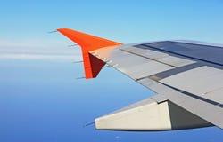 Asa de aviões em voo, vista da janela no céu azul ai Foto de Stock Royalty Free