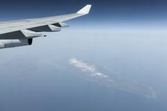 Asa de aviões sobre ilhas no oceano Fotos de Stock Royalty Free