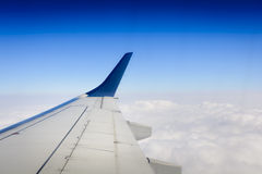 Asa de aviões sobre nuvens Imagens de Stock