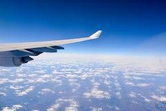 Asa de um avião no céu imagem de stock royalty free