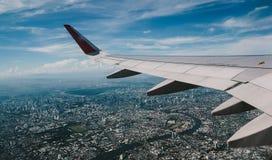 Asa de um avião sobre o Chao Phraya River em Banguecoque, Tailândia Fotografia de Stock Royalty Free