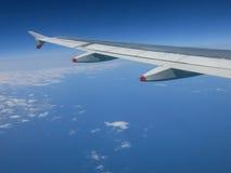 Asa de um avião sobre o mar Imagem de Stock Royalty Free