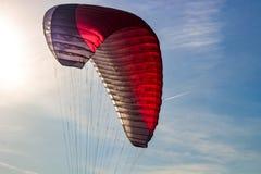 A asa de um paraglider em voo no ar imagem de stock royalty free