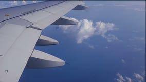 Asa de um vôo do avião acima das nuvens filme