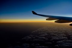 Asa de um vôo do avião acima das nuvens foto de stock royalty free