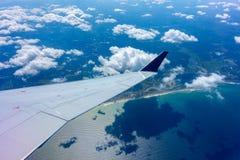 Asa de um vôo do avião Imagens de Stock Royalty Free