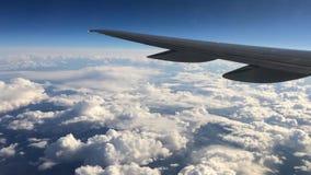 Asa de um vôo do avião acima das nuvens Os povos olham o céu da janela do plano, usando o transporte aéreo a video estoque
