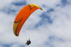 Asa de voo em tandem do Paraglider imagem de stock