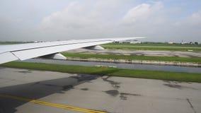 A asa do avião do close-up sobre a pista de decolagem, o plano está pronta para a decolagem vídeos de arquivo