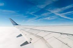 Asa do avião durante o voo foto de stock