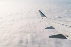 Asa do avião durante o voo fotografia de stock royalty free