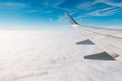 Asa do avião durante o voo imagem de stock