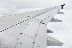 Asa do avião durante o voo tormentoso Foto de Stock Royalty Free