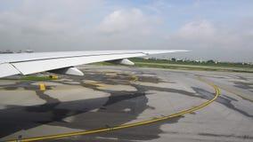 Asa do avião e pista de decolagem, vista da janela plana vídeos de arquivo