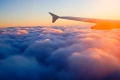Asa do avião em voo da janela, céu do por do sol imagens de stock royalty free