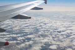 Asa do avião no céu Foto de Stock