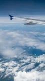 A asa do avião no céu Foto de Stock