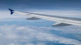 A asa do avião no céu Imagem de Stock