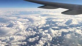 Asa do avião no céu Asa de um vôo do avião acima das nuvens filme