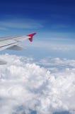 A asa do avião no céu azul sobre nuvens Imagens de Stock Royalty Free
