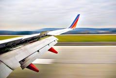 Asa do avião no movimento fotografia de stock