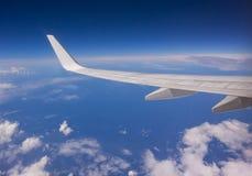 Asa do avião no vôo Fotos de Stock Royalty Free