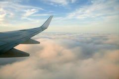 Asa do lado direito dos aviões, vôo do avião Imagem de Stock