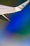 Asa do plano de Boeing 747 KLM através da janela fotografia de stock royalty free