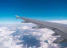 Asa dos aviões sobre o campo da nuvem Copyspace Imagens de Stock