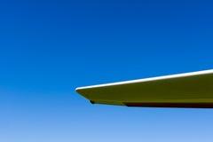 Asa plana do planador contra o céu azul Fotos de Stock