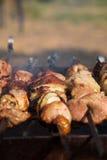 Asación de la carne en la parrilla Fotos de archivo