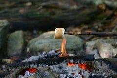 Asación de la melcocha en campfine Imagen de archivo libre de regalías