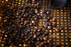 Asación de los granos de café imagenes de archivo