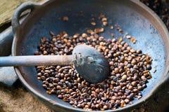 Asación de los granos de café Imágenes de archivo libres de regalías