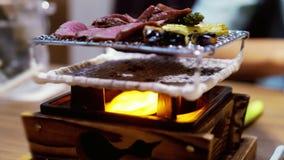 Asado a la parilla de la carne de vaca en restaurante japonés Cierre para arriba 3840x2160 metrajes