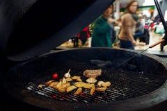 Asado a la parilla de la pimienta del ajo y del tomate de la carne de Potatos abastecimiento en comida Imagen de archivo libre de regalías