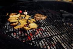 Asado a la parilla de la pimienta del ajo y del tomate de la carne de Potatos abastecimiento en comida Fotos de archivo libres de regalías